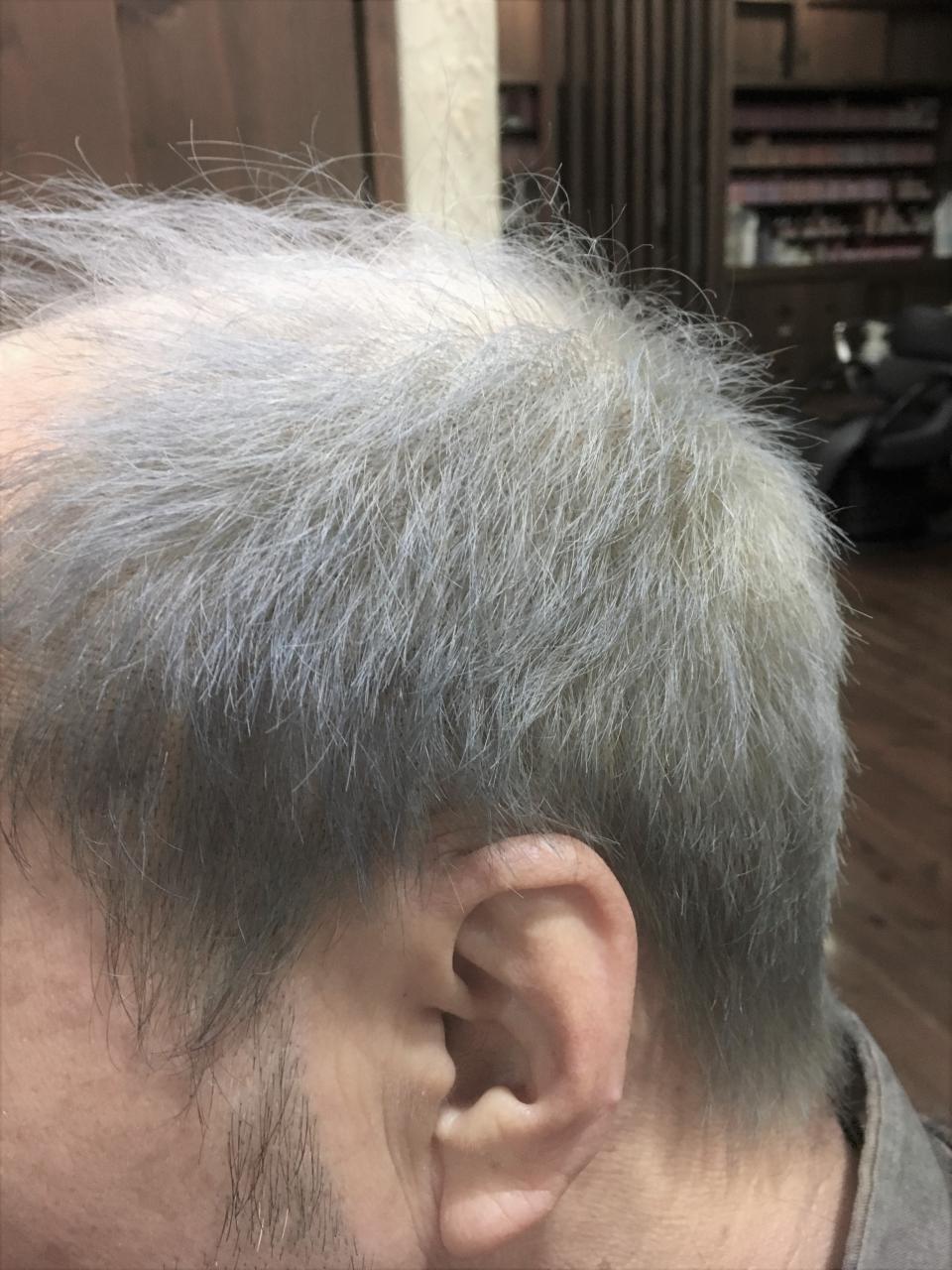 シルバーグレーの髪色