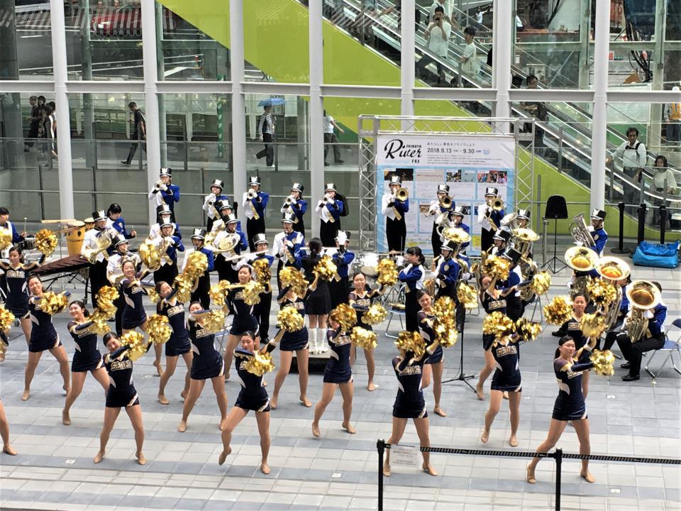 1F広場で吹奏楽団とチアリーダー