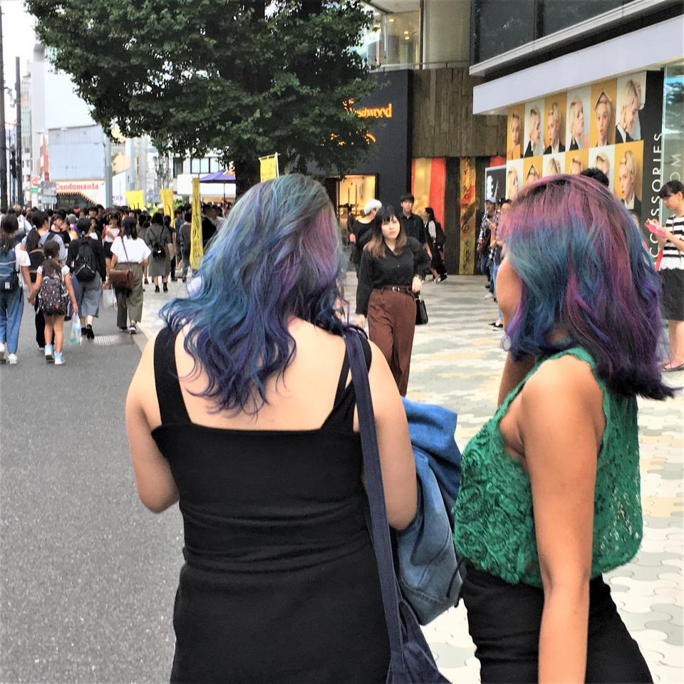 この様な派手な色のヘアはほんの僅かで皆さんナチュラルです