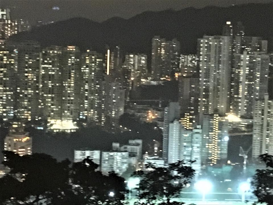 公団の高層マンションの夜景