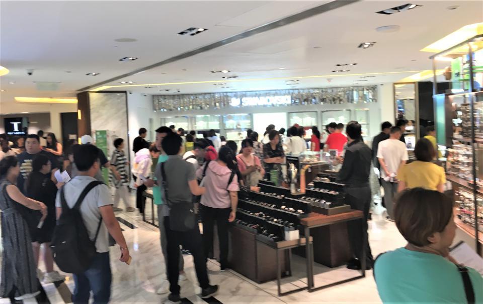 中國人で混んでいた免税店