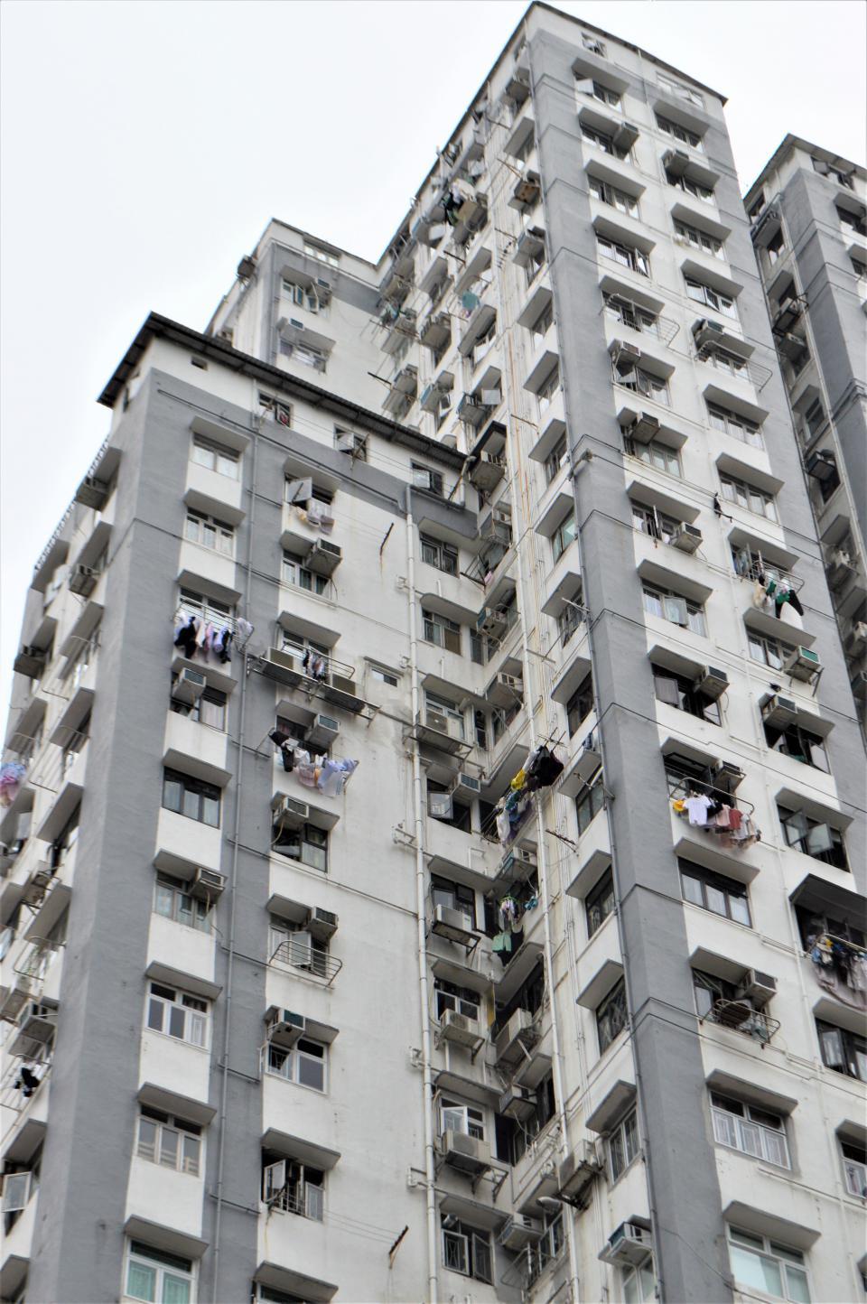 高層マンションの窓に洗濯物