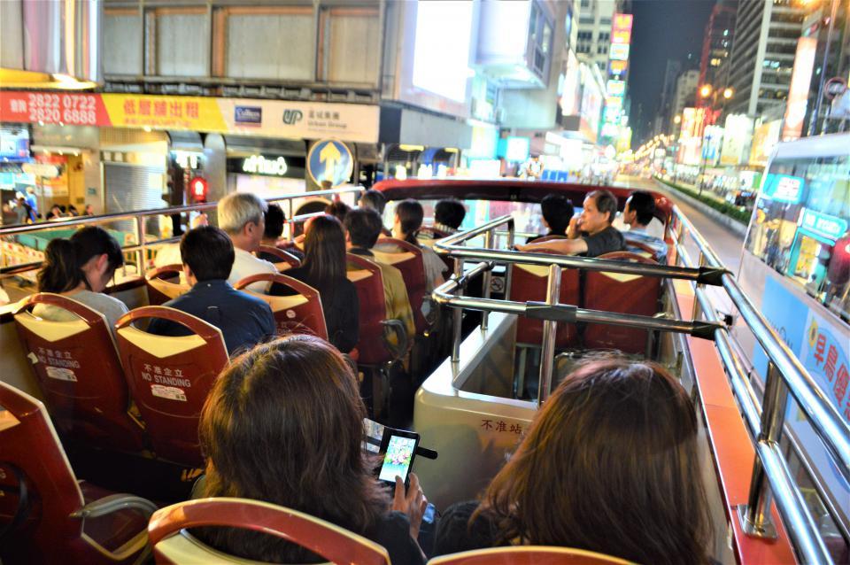 オープントップバスでネオン街観光