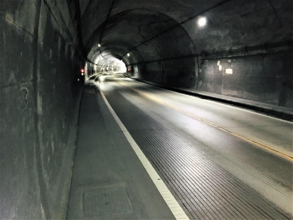 トンネルの中は危ないので際の歩道を押して歩きました