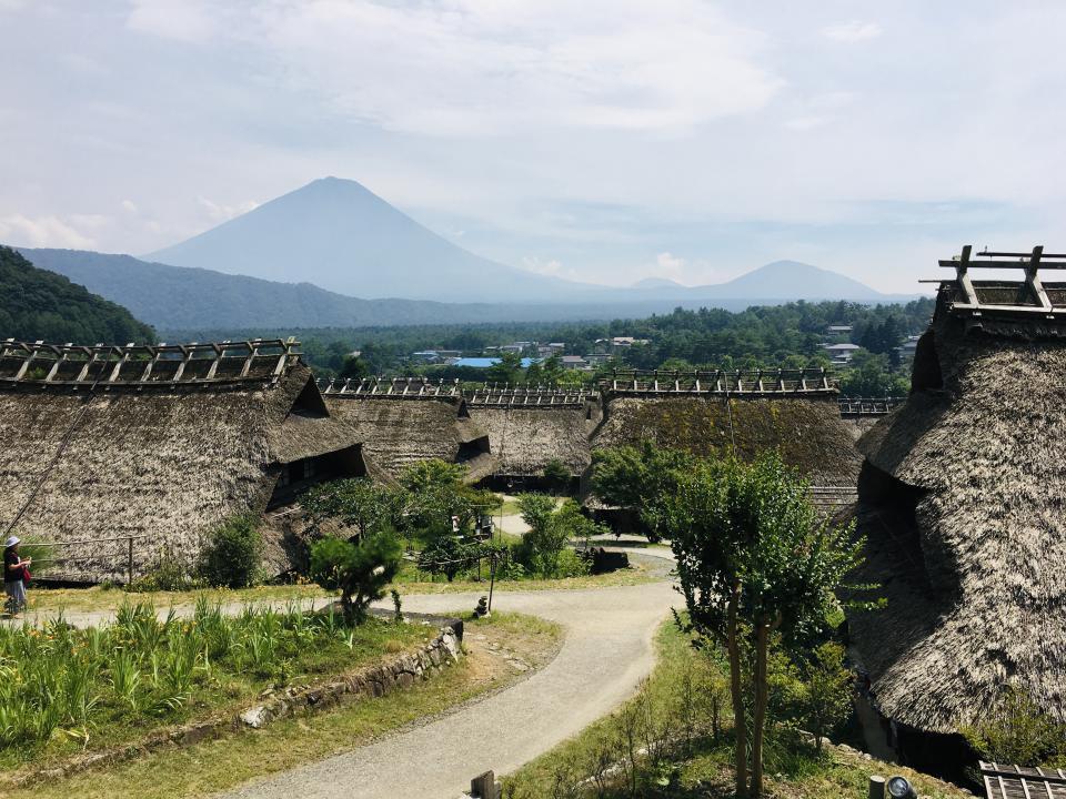 茅葺民家と富士山